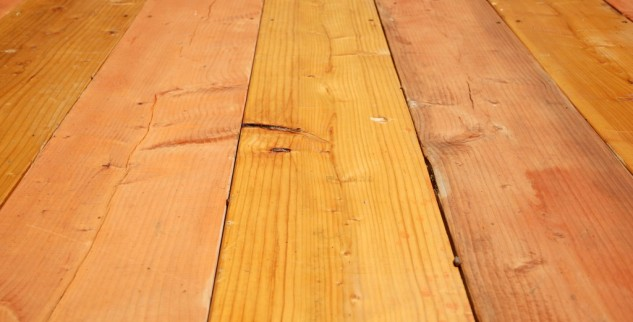 Podlaha: Je lepší koberec, dřevo nebo marmoleum?