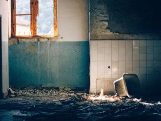 Koho vybrat při rekonstrukci bytu? Firmu, živnostníka nebo sebe?