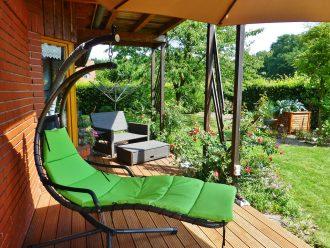 Užijte si léto na terase! Stín vám dají slunečníky i vhodné zastřešení